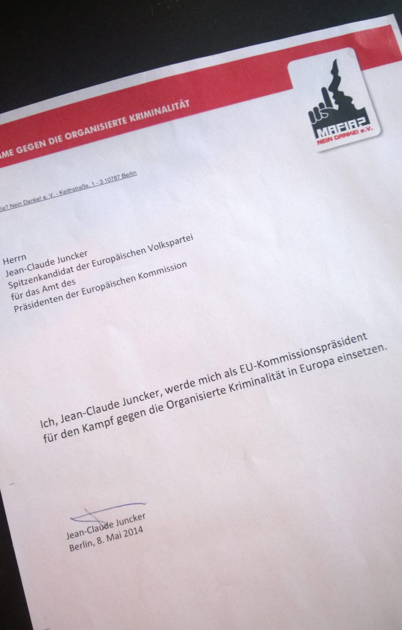 Jean-Claude Juncker unterschrieb dieses Schreiben nach dem TV-Spitzenduell mit Martin Schultz in Berlin. <a href=
