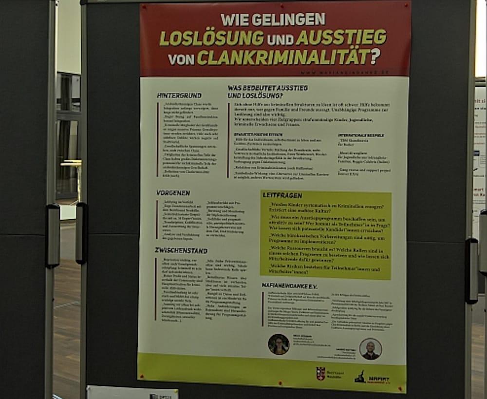 mafianeindanke mit einem Poster beim Deutschen Präventionstag in Berlin, Mai 2019
